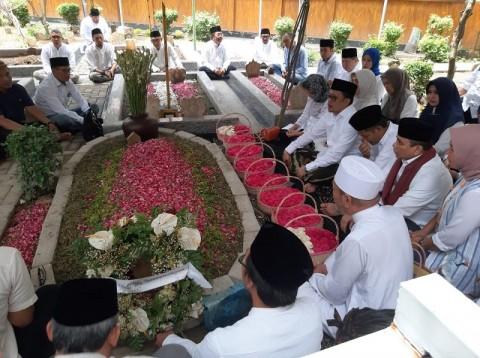 Pengurus DPP NasDem Ziarah ke Makam Gus Sholah