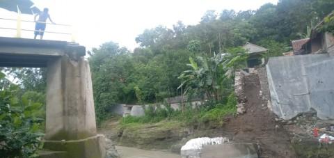 Warga Cirebon Minta Jembatan Ambruk Segera Diperbaiki
