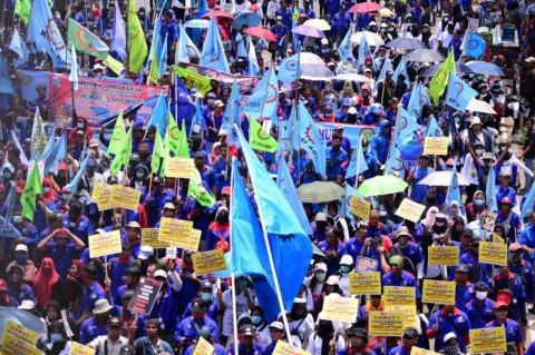 Puluhan Ribu Buruh Tuntut Ikut Pembahasan <i>Omnibus Law</i> Cipta Kerja