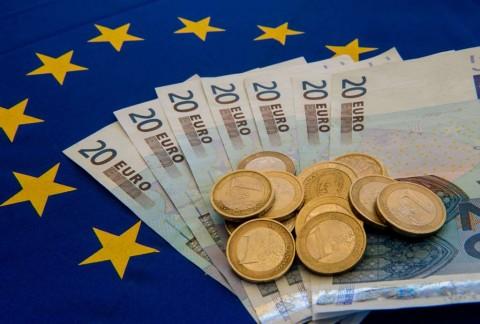 Euro ke Posisi Terendah, Dolar Merekah