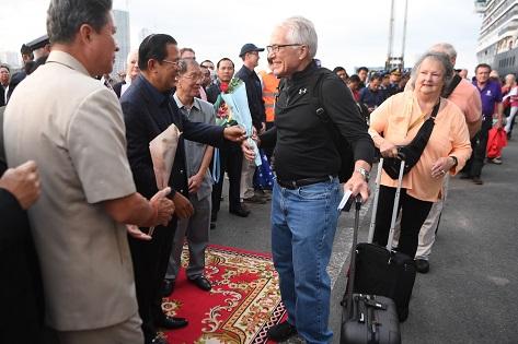 PM Kamboja Sambut Penumpang Kapal Westerdam