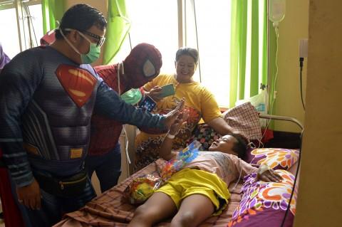 Super Hero Hibur Pasien Anak RSUD Syekh Yusuf Gowa