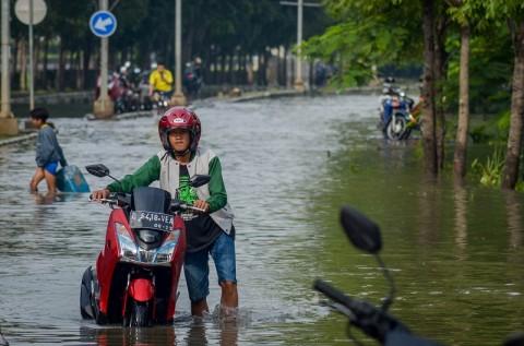 Kendaraan Mengular Akibat Banjir Gedebage