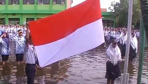 Siswa SMPN 2 Tanggulangin Upacara Bendera di Tengah Banjir