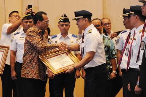 Menhub Beri Penghargaan ke 18 Awak Kabin Batik Air