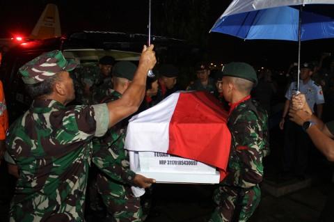 Kedatangan Jenazah Korban Heli MI-17 di Surabaya