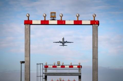 Penumpang Coba Makan Ponsel, Pesawat Terpaksa Mendarat Darurat