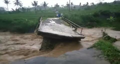 Jembatan Ambruk Mengisolasi Desa di Ciamis