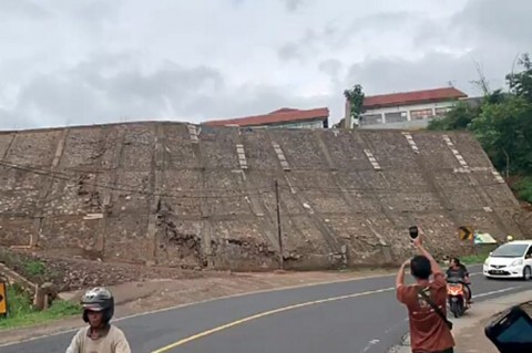 Detik-detik Terjadinya Longsor di Jalan Raya Limbangan