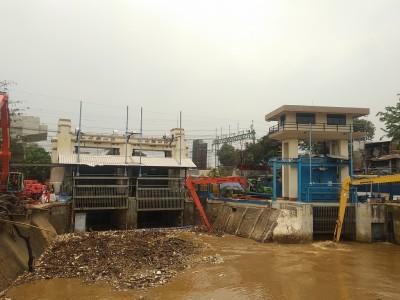 Pintu Air Karet dan Jembatan Merah Siaga Satu