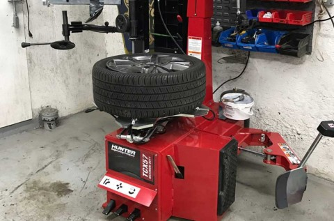 Mau Pasang Velg Baru? Cari Bengkel yang Pakai Tire Changer