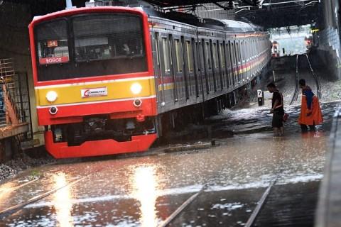 Operasi KRL Terganggu Akibat Banjir Jakarta