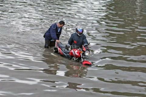 Ingin Menerobos Banjir? Pikirkan Risikonya