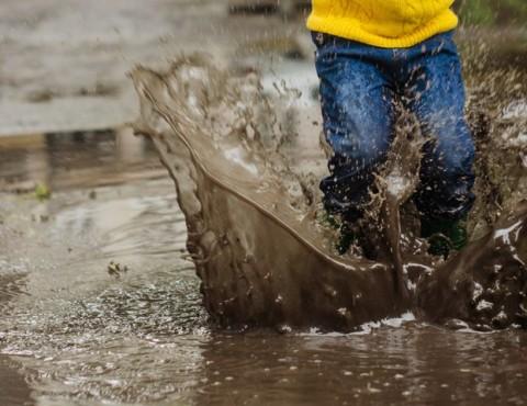 Anak-anak Hindari Bermain Air di Banjir