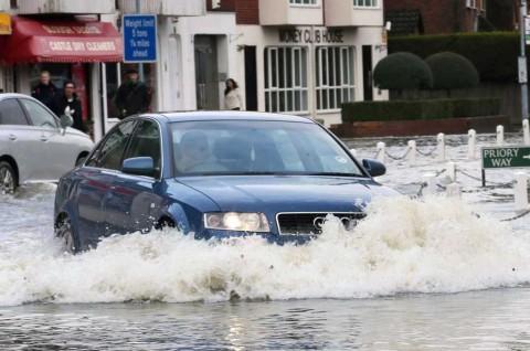 Cegah Air Intake 'Tersedak', Jaga Kecepatan Mobil saat Menerobos Banjir