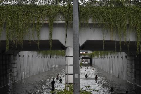 Banjir, Underpass Jalan Angkasa Jadi Wahana Bermain
