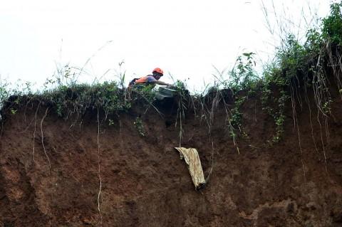 Tergerus Longsor, Puluhan Makam di Bogor Dievakuasi