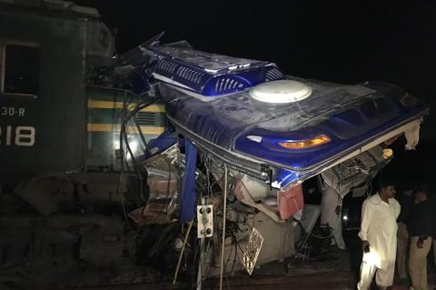 KA Tabrak Bus di Pakistan, 18 Orang Tewas