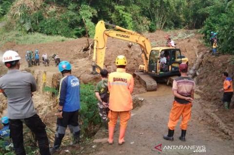 Pencarian Warga Tertimbun Longsor di Tasikmalaya Dilanjutkan