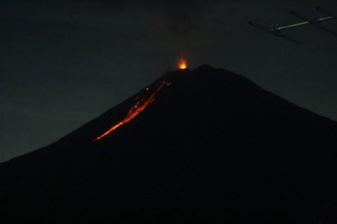 Gunung Semeru Muntahkan Lava Pijar