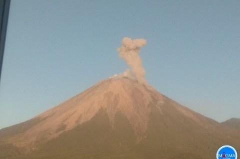 Gunung Semeru Semburkan Awan Panas Sejauh 3 Kilometer