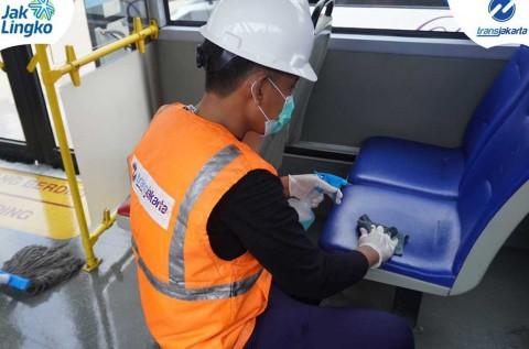 Cegah Virus Korona, Bus Transjakarta Dibersihkan Pakai Disinfektan