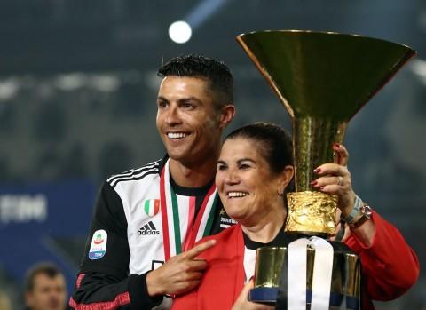 Ibunda Sakit, Cristiano Ronaldo Terbang ke Portugal