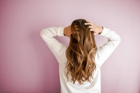 Cara Menghilangkan Kulit Kepala Rontok dan Ketombe