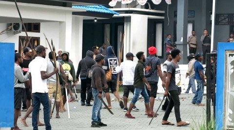 Massa Pendukung Bupati Waropen Rusak Fasilitas Pemerintahan