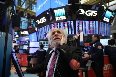 Wall Street Terjun Bebas 2.000 Poin