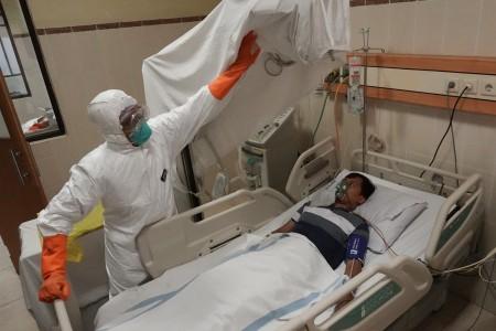 Petugas medis menjalankan simulasi penanganan pasien terjangkit virus korona di RS Margono Soekarjo Purwokerto, Banyumas, Jawa Tengah, Senin, 3 Februari 2020. Foto: Antara/Idhad Zakaria
