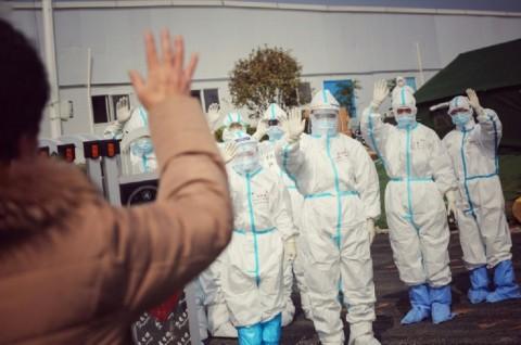 Staf Medis Rayakan Penutupan RS Darurat Korona di Wuhan