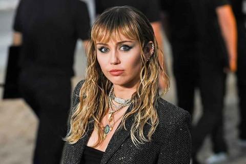 Miley Cyrus Karantina Diri di Rumah
