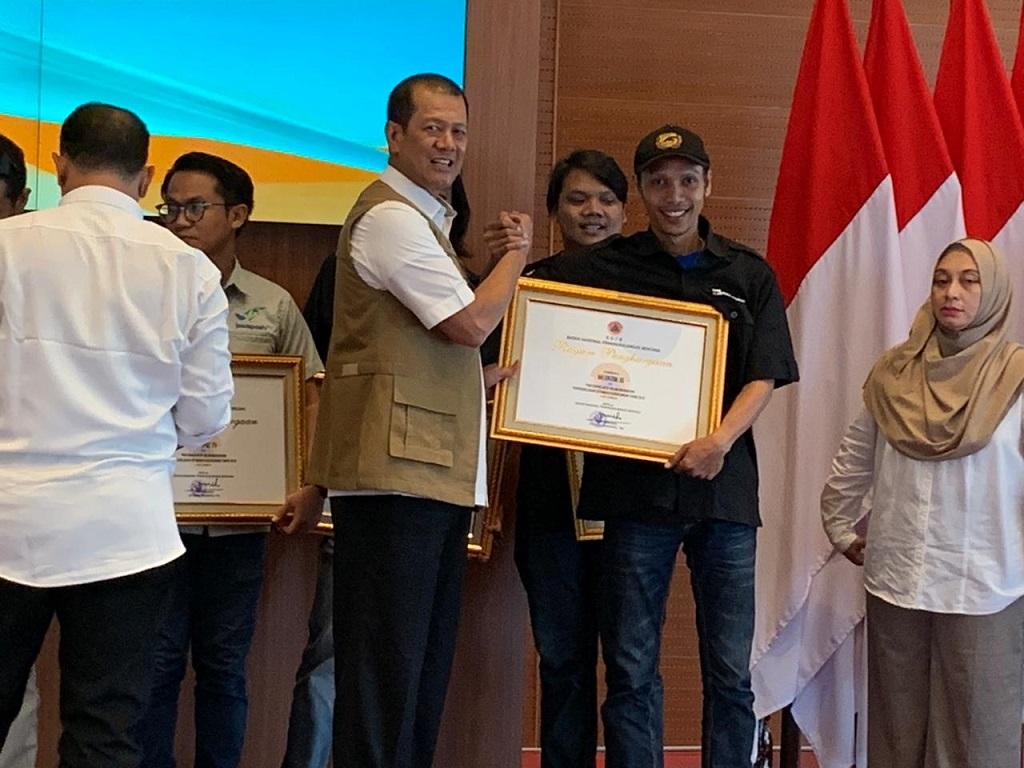 Kepala BNPB Letjen Doni Monardo memberikan penghargaan kepada Medcom.id. Foto: Medcom.id/Zaenal Arifin