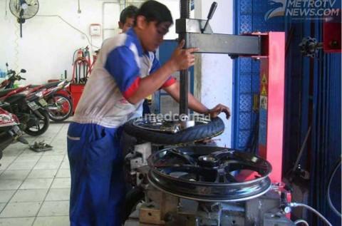 Benarkah Ganti Ban Tanpa Tyre Changer Bikin Pelek Cepat Rusak?