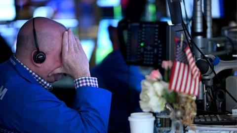 'Terinfeksi' Covid-19, Dow Ditutup di Bawah Level Psikologis 20.000