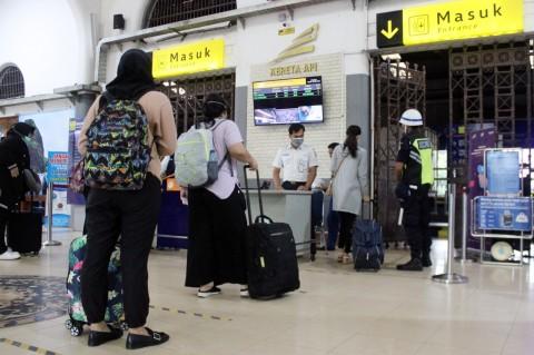 KAI Cirebon Terapkan Jarak Antrean Penumpang