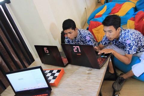 Saling Telepon, Jadi Penawar Rindu Teman Sekolah