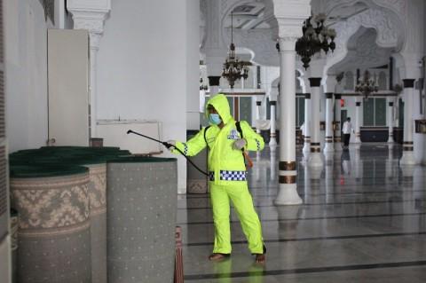 Masjid Raya Baiturrahman Banda Aceh Disemprot Disinfektan