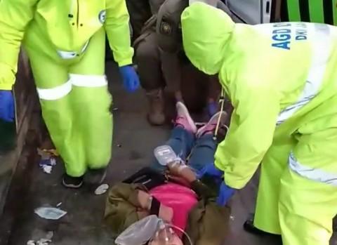 Mendadak Ambruk, Petugas Medis Berpakaian Lengkap Evakuasi Warga di Johar Baru