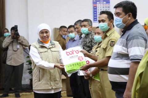 Khofifah Bagikan Ribuan Masker dan APD ke RS Rujukan
