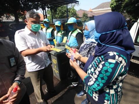Petugas Kebersihan di Bandung Dibekali Vitamin