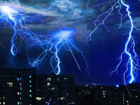 Hujan Petir Guyur Jakarta Malam Hari