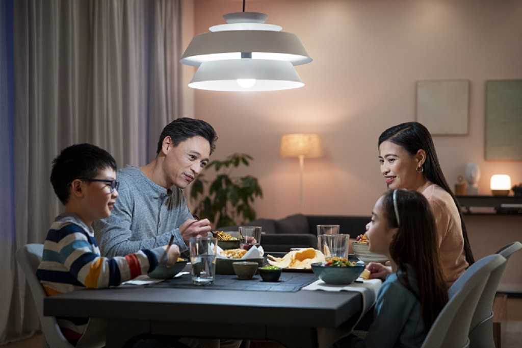 Bohlam Philips Smart Wi-Fi LED tersedia dua pilihan. Full colour dan tunable White. (Foto: Signify)