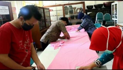 Pasien RSJ Amino Semarang Buat Masker