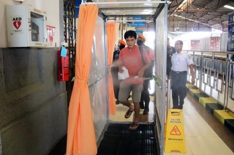 Bilik Disinfektan Semprot Penumpang Kereta Stasiun Cirebon