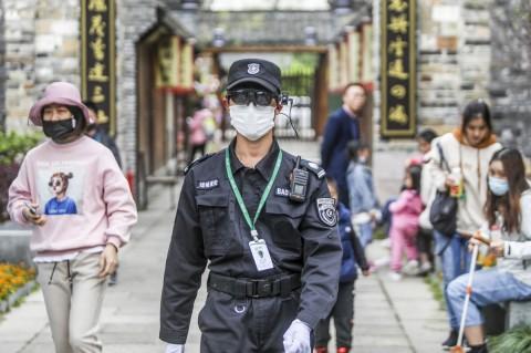 Tiongkok Bekali Petugas Keamanan Kacamata Pintar Pendeteksi Suhu Tubuh