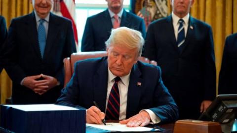 Trump Resmi Luncurkan Paket Stimulus Rp35 Ribu Triliun