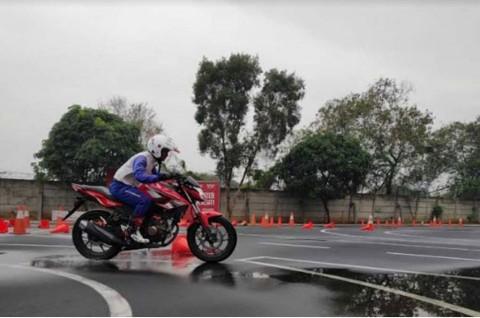 Trik Berkendara Aman di Kondisi Hujan Intensitas Sedang hingga Tinggi