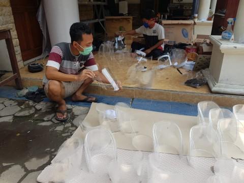 Warga Desa di Klaten Gotong Royong Membuat APD